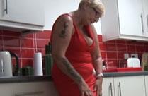 Schüchterne Oma dreht ihren ersten Porno