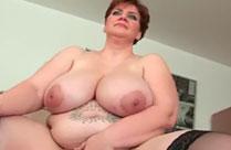 Oma ist fett und hat eine dicke Wampe
