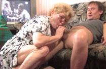 Oma vom Nachbarn auf der Couch gefickt