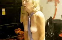 Oma fickt sich in ihrer Garage