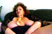 Dicke reife Frau fickt sich hart durch