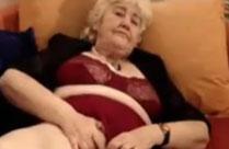 Oma spielt an sich herum