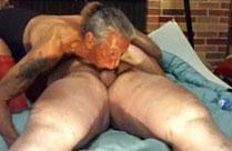 Dünne Oma reitet auf Opas fettem Körper