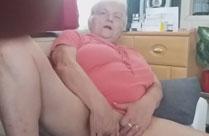 Oma fingert geil an sich herum