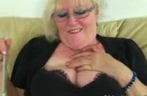 Oma spielt an ihren dicken Titten herum