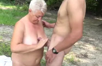 Oma gibt geilen Tittenfick