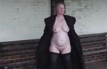 Oma nackt an der Bushaltestelle