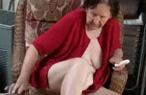 Oma masturbiert vor der Kamera