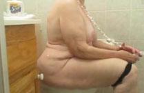 Fette Oma beim Pissen gefilmt