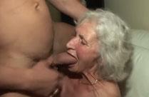 Uralte Frau in ihrem ersten Porno
