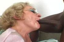 Schwarzer fickt Oma in den Mund