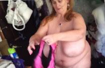 Grosse fette Oma wedelt mit ihren Titten