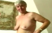 Oma masturbiert mit rosa Dildo
