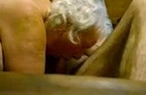 Oma reitet seinen Schwanz