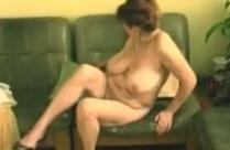 Oma fickt ihre haarige Muschi