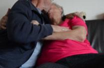 Opa fingert Oma zum Orgasmus