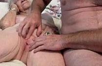 Oma vor dem Sex geil gefingert