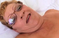 Schwarzer fickt Oma in den Arsch