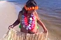 Oma stript am Strand