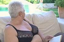 Oma gibt dem Pooljungen einen Tittenfick