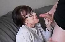 Oma bläst zum ersten Mal