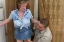 Russische Oma baggert Klemptner an