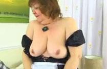 Oma fickt sich mit einem Dildo