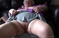Fotze ihre oma zeigt Geile Omas